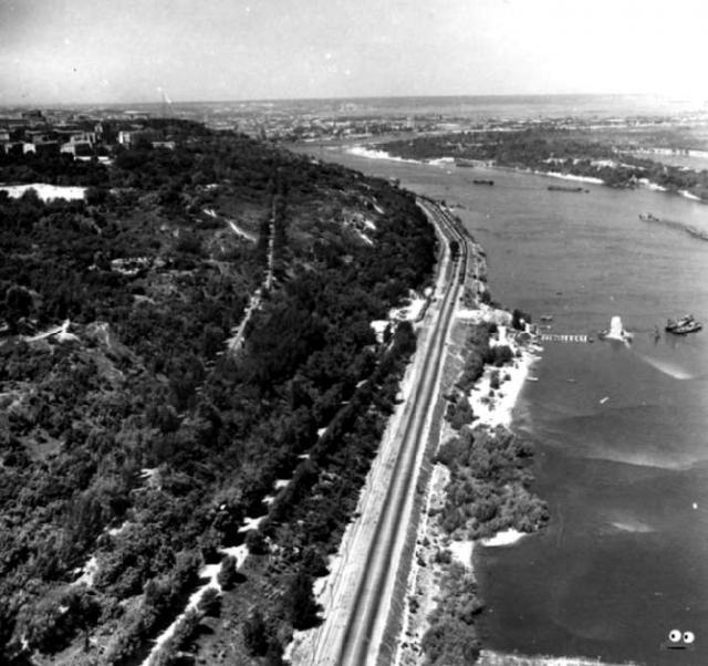 Днепровская набережная. В том месте, где на фото видны опоры старого цепного моста, сейчас находится Мост Метро (начало 1960-х г